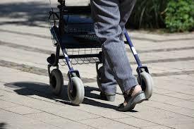Andador para anciano con cesta y ruedas