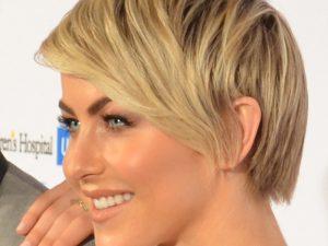 Pelo corto peinado hacia un lado